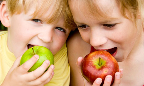 Children-eating-apples-006